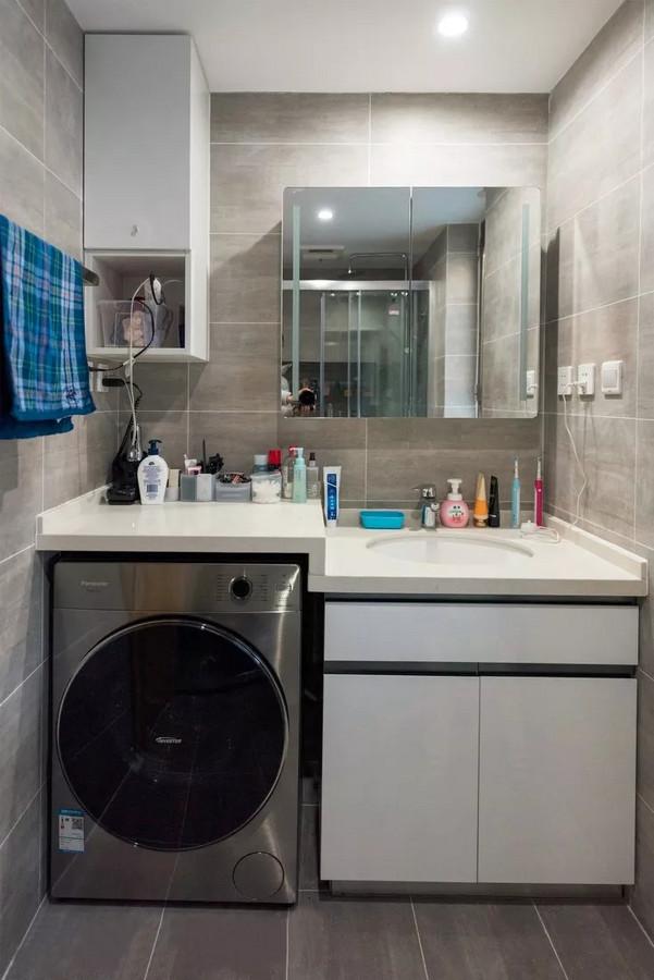 卫生间采用灰色与白色,干净大方,配合仿水泥质感的墙地砖,整体和谐统一。