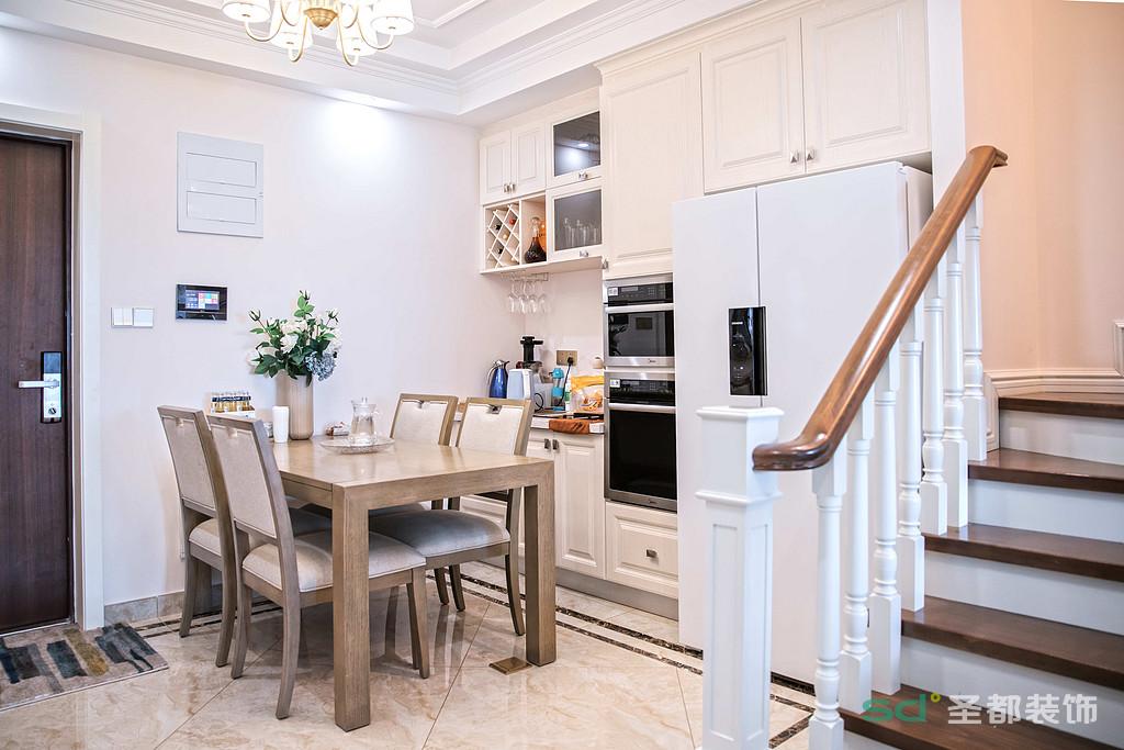 餐厅配套厨房使用,同时加上饮水吧台,使空间不大的餐厅功能丰富。