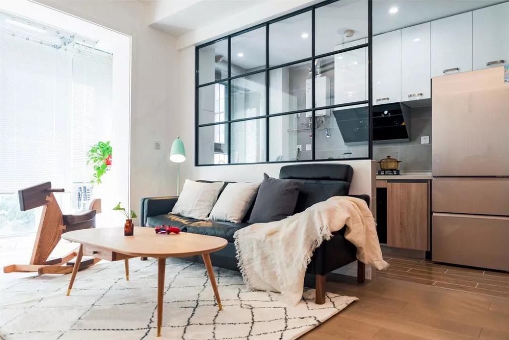 打掉原有的墙,采用现代感很强的细黑框玻璃隔断,让客厅更通透宽敞。