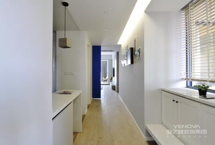 这套110平的房子,以舒适精致的现代简约风格装修,在简简单单的空间氛围下,搭配上温馨舒适的软装配饰,整个空间都透露着极致大方的气息。