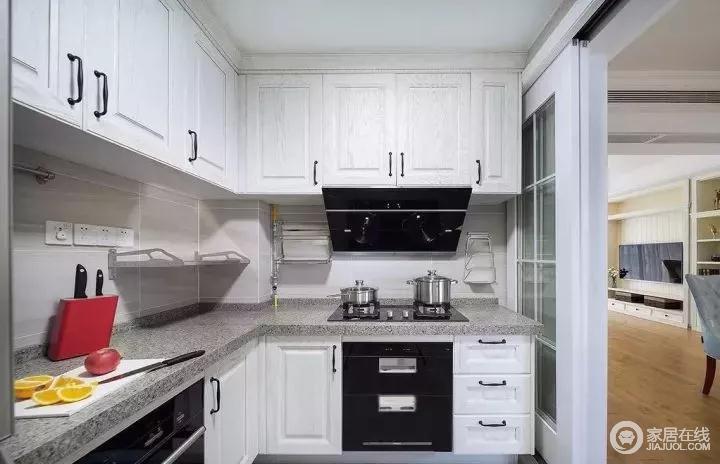 玻璃推拉门的设计,加强厨房与餐厅的互动连贯性。开敞的厨房让一家人更加融洽的交流,洗洗菜打打下手,锅碗瓢盆的碰撞声也是一种愉悦的音调