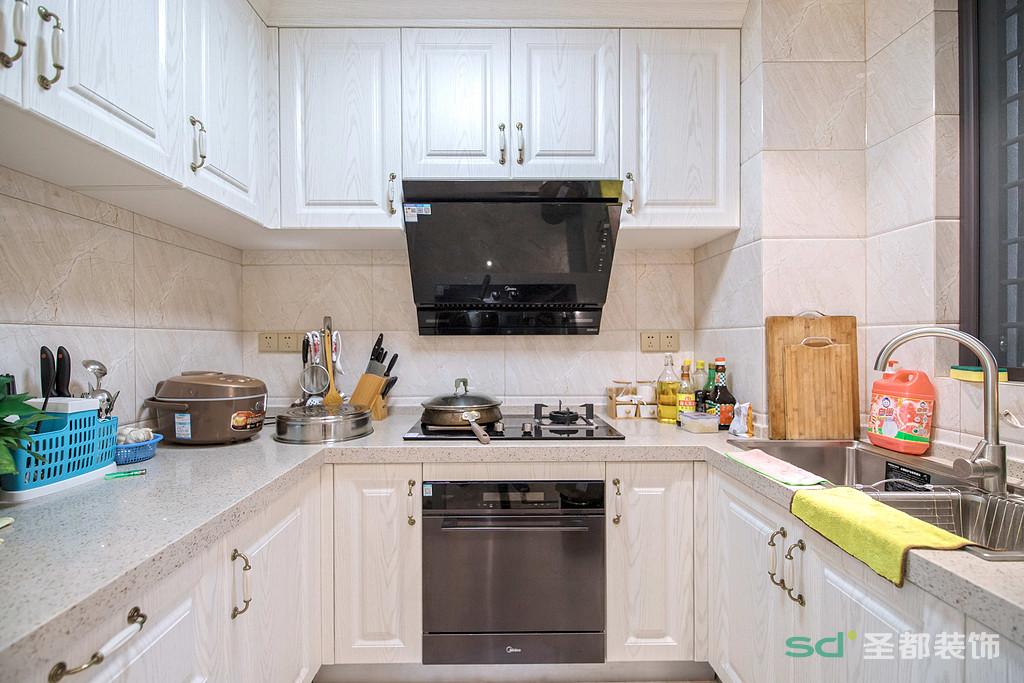 厨房具备功能强大又简单耐用的厨具设备,在装饰上也很讲究,同时用了仿古面的墙砖和白色模压门扇仿木纹色。