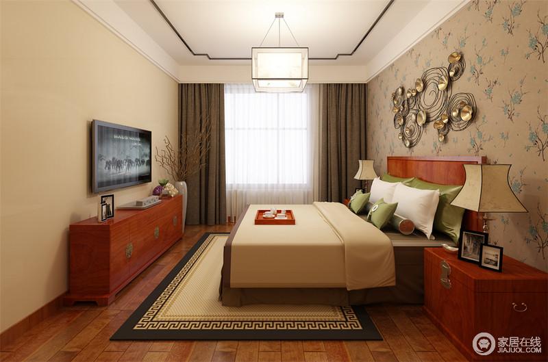 温馨的驼色作为卧室主打色,运用在墙面、床品和地毯上,为空间注入舒适的恬淡气息;复古的红木家具上,传统锁扣更添古风古韵;床头墙面则以花卉图案铺展,金属雕花装饰,呈现出的自然感与墨绿色床品,相得益彰。