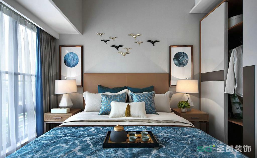 卧室最为明显之处就是床头的两幅新中式挂画,加上中间墙面的和平鸽一样的造型,宁静致远,悠然自得,像远方的诗一样潇洒自然的闲适意味。
