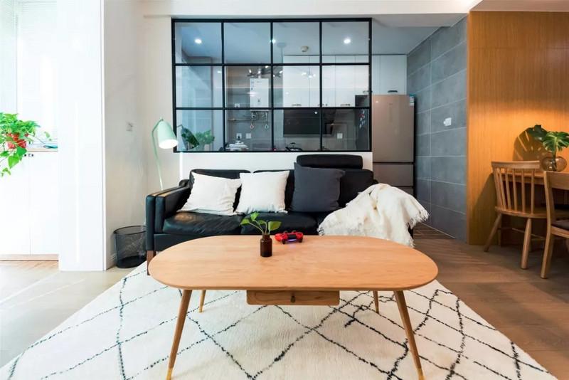 小细腿的家具会让空间更轻巧,打扫卫生会更方便,扫地机器人也可以轻松通过。