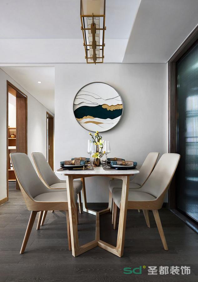 餐厅的特色在于墙面的圆形挂画,墙上画作寥寥几笔勾勒出悠远意境,配着朴实无华的餐桌椅。