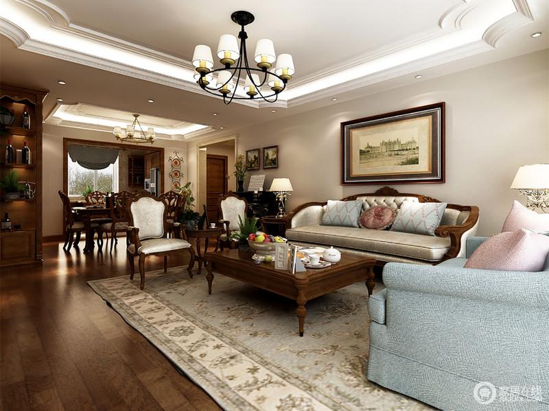 客厅的墙面以浅灰色漆为主,浅蓝色花卉地毯衬托出一股清新的田园隽雅;而古典美式家具里藏着的艺术精髓,让整个空间贵气了不少,可以说,典雅中透着舒适。