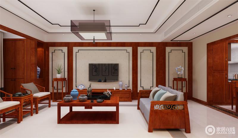 客厅运用丰富的红木材质,装饰的空间意蕴华贵,端正圆润的家具间,释放出古香古色的空间气质;电视墙与天花板上,黑色花板线勾勒出的装饰感,瞬间为空间注入几分高雅;阳台上同样设计了置物柜,增添实用功能。