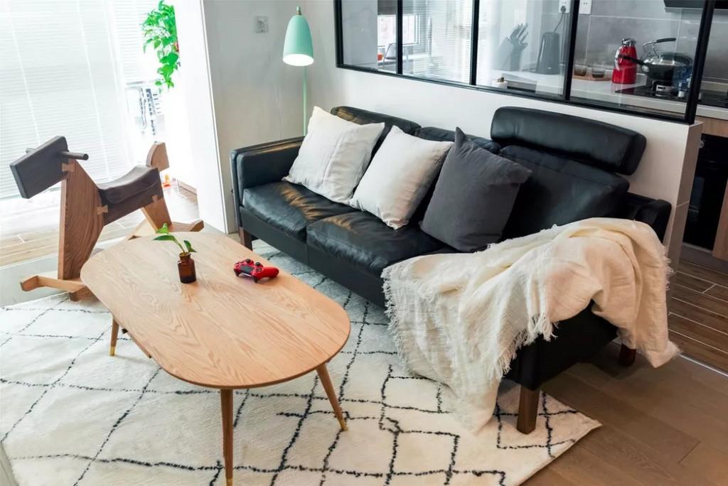 客厅西向,西晒的阳光不会晒在电视上,而会洒在沙发上。相互依偎,晒着暖暖的阳光,慵懒而放松。
