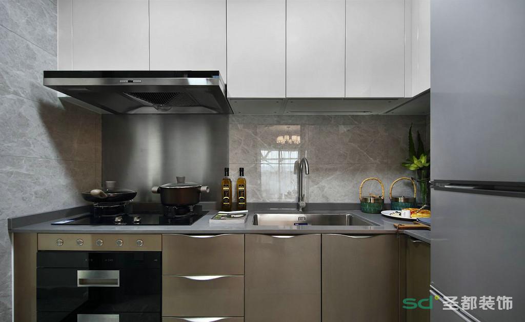 厨房以灰色调为主,灰色大理石墙面搭配橱柜的颜色,使得厨房看起来干净。