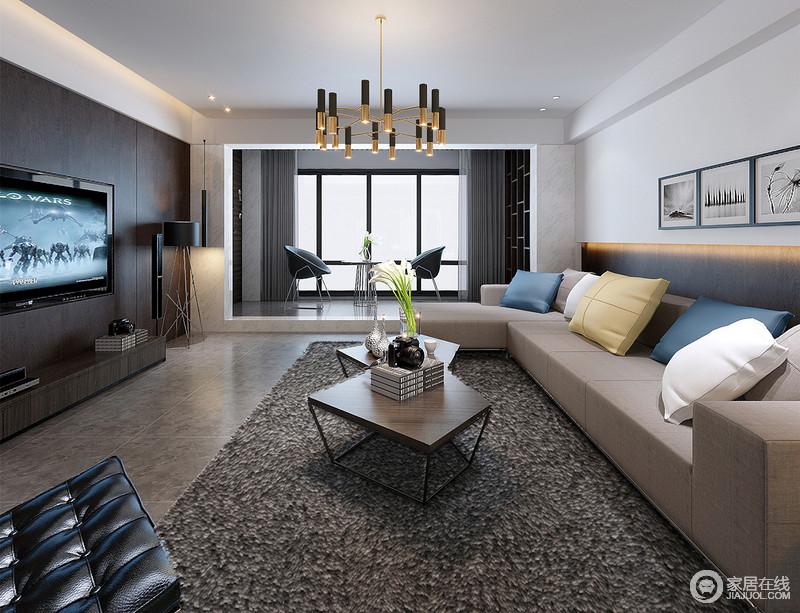 客厅背景墙巧妙融合拼接手法,形成呼应式层次;多人沙发与深咖地毯及深灰地面,色调呈递进式,空间制造出互动的视觉效果;靠包柔和硬朗空间,多边形茶几与金色灯饰,时尚趣味点缀;抬高地面的阳台,时髦座椅配搭出休闲感。