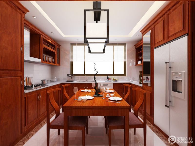 餐厨一体的空间中,U型设计最大化的利用空间;上下柜巧妙的规嵌家电,体现干脆利落;局部橱柜柜面上镶嵌镜面,扩展空间视觉;餐桌椅材质与整体橱柜呼应,精致的餐具则与背景墙大理石白纯粹呼应。