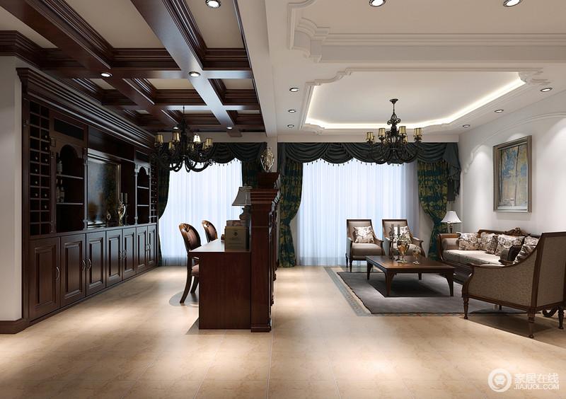 以美式复古电视柜将空间一分为二,客厅与书房满足不同的生活需求,让主人生活得更为舒适;书房整体以实木吊顶和一体式书柜为主,功能性十足;而客厅中因为美式沙发和墨绿色窗帘营造田园和淡,让你更为自在。