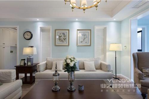 这个美式三居的装修并没有把传统美式的沉重和复古表现得淋漓尽致,却以现代美式的轻盈和精致,让整个空间看似粗狂,却在各个细节中体现出精细;不管是仿旧砖石和现代美式家具、配饰,还是墙面的用色都可以看得出还是颇为讲究的;也正是因为浅蓝色漆的原因,让整个空间看上去清新了许多,让舒适和温馨成为空间的主调