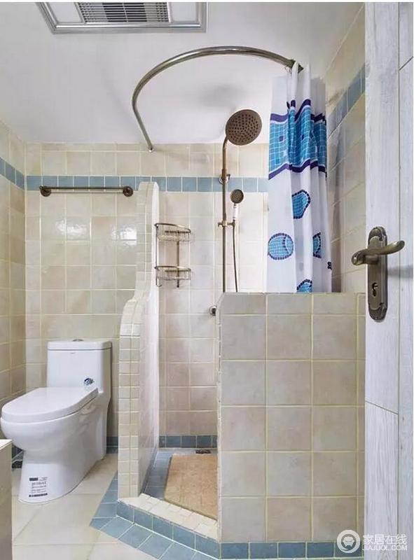 卫生间主要以功能为主,设计师巧妙地以半截墙来简单进行干湿分区,同时不影响淋浴间的采光;米白色和浅蓝色砖石拼接的恰到好处,令沐浴也心情畅快。