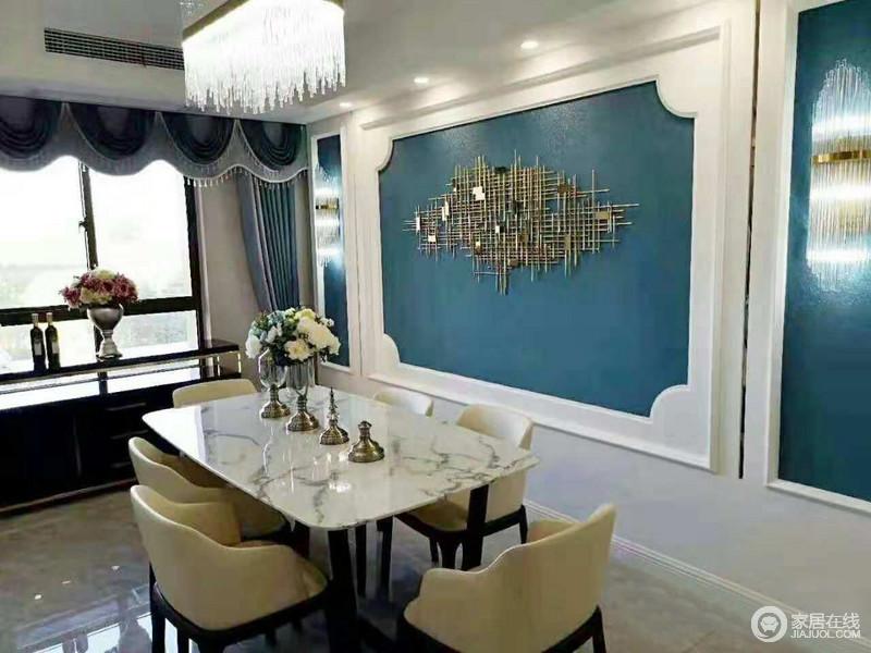 餐厅以白色石膏来强调空间的几何造型,并有蓝色漆来涂刷,让空间多了清雅;金属墙饰搭配水晶灯,增加空间的璀璨,现代餐椅的米色调,打造黑白色调的餐桌,让空间更是现代了不少。