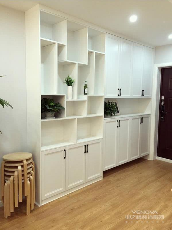 面积小的房子要会利用墙面空间,看他家的玄关柜上下两层可以放好多东西,还延伸一个展示柜,不影响视线用处还挺大的。