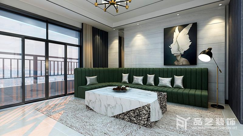 客廳整體結構和線條都十分整潔,淺灰色瓷磚鋪貼在背景墻,不僅易于打理,還凸顯紋樣之美;抽象地掛畫與墨綠色沙發、茶幾演繹現代時尚,而駝色窗簾與草色地毯給家帶來暖調,平衡出空間的溫和。