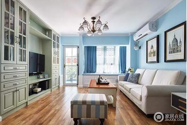 客厅的背景墙以墨绿色实木整体柜为主,在收纳之余,体现出现代美式的生活格调,清新而饱有生活的优雅;浅蓝色调的墙面让你在清蓝之余,呼吸空间的自在气息。
