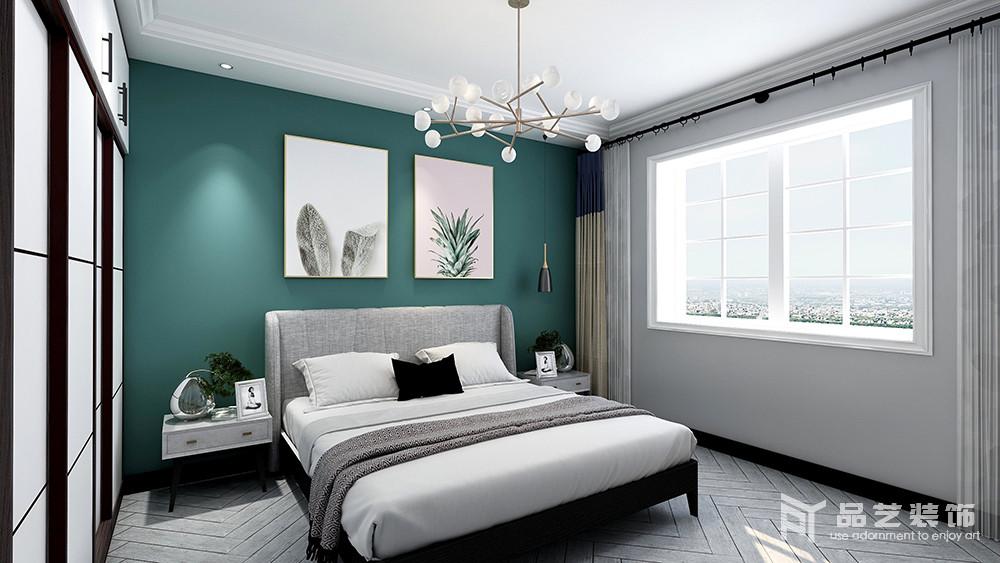 臥室原本鋪設了灰色波紋地板,搭配淺灰色漆自然地奠定了空間的冷調和靜雅,而背景墻粉刷了綠色漆搭配簡畫,讓空間多了些許清新;金屬球泡吊燈與黑色黃銅壁燈以簡約時尚的設計,提升了空間的精致感,同時,以黑白色的反差,來呼應衣柜、床品,讓生活裹挾著簡約藝術,成就生活的舒適。