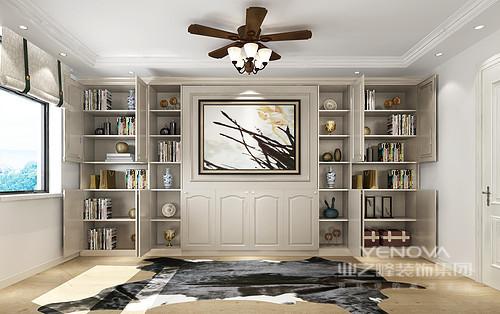 空间结构和线条都极为简洁,白色墙和原木地板搭配出干净与温实,而美式吊灯的田园设计,让原本简欧的空间多了自在;书柜定制得设计尽显收纳艺术,满足主人爱收藏的习惯。