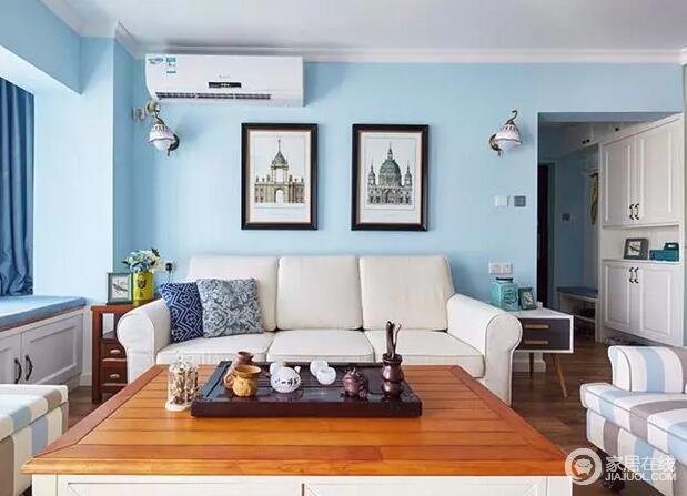 客厅的墙面被粉刷了浅蓝色,让整个房间格外清雅湛蓝;墙上的宫堡图和白色沙发、和蓝色的壁面搭配在一起很协调。