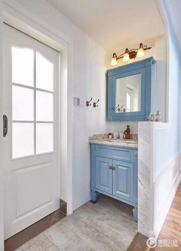 卫生间外侧专门设立了盥洗区,方便客人使用;白色墙体和灰色砖石形成天然的朴质,而浅蓝色简约美式盥洗柜、木质收纳柜带来清新,并因为铁艺灯具而多了美式风情。