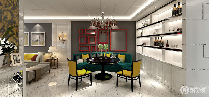 餐厅在黑白灰色调间,大胆且张扬的使用自然深草绿、活力柠檬黄及活泼的正红,对比碰撞下极其抢眼,瞬间提升整个空间格调;绿色卡座搭配黄色座椅,跃动着色彩摩登,休闲实用又显贵气;灰色墙面上的几何画框与组合酒柜,呼应出空间的几何细节美感。