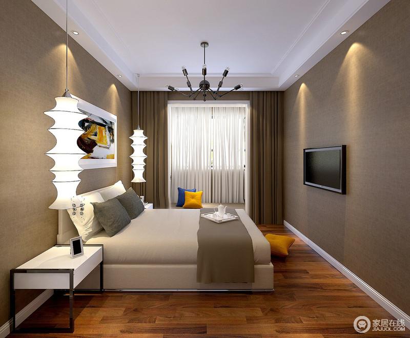 整空间个空间的墙面铺贴深驼色壁纸,与窗帘色调形成些微的层次感,使得卧室氛围温厚静谧;床头对称的骨节灯和多彩的装饰画及黄蓝靠包,则赋予空间活泼灵动的点缀,舒适空间时尚满满。