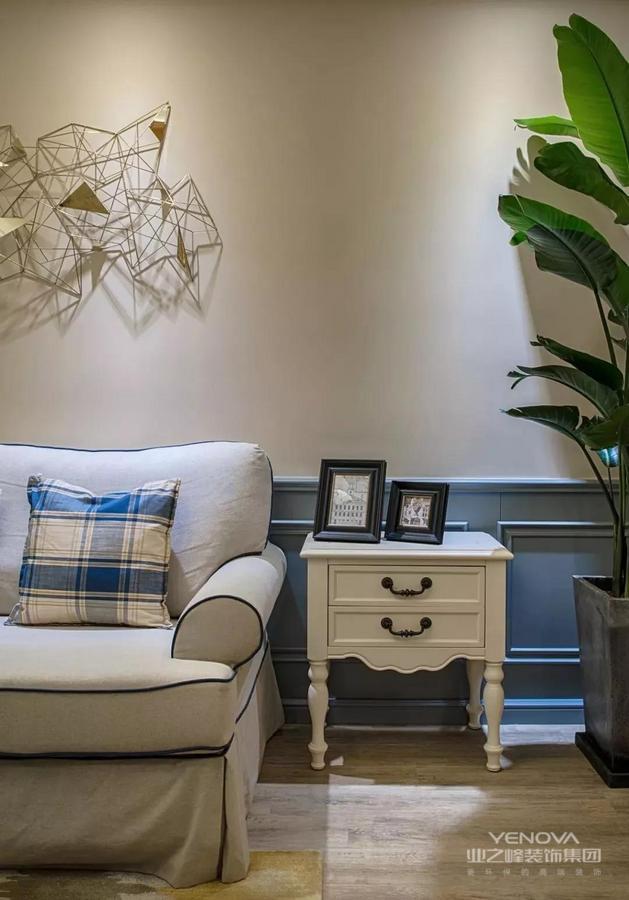 美式风格大多采用实木家具,崇尚古典韵味,怀旧之情溢于言表。美式风格造型较为随意,线条流畅,主要考虑实用性和舒适性。总而言之,现代美式风格给人的感受是豪华大气,却又拥有着古典气质和浪漫气息。