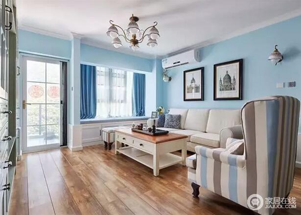 客厅以实木地板铺贴地板,给人自然温实和朴质,让你恍如置身在自然之中,感受微风;而蓝白的色调,因条纹沙发,和地中海似的飘窗,渲染出美式清幽,与浪漫感。