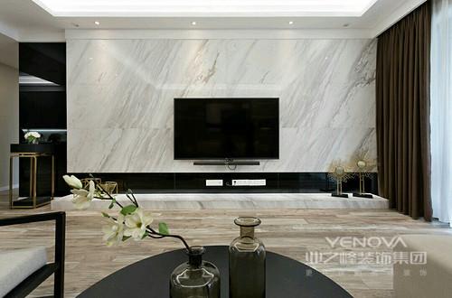 设计师在电视墙的设计上,利用材质和色调制造出层次感,爵士白的大理石与黑色镜面不锈钢衬边组合,将空间的硬朗质感愈加凸显展现。