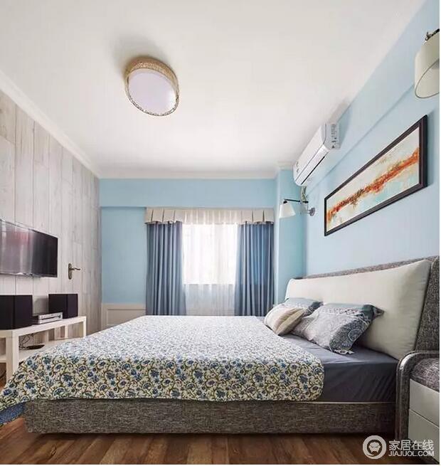 卧室规整,白色吊顶与浅蓝色壁纸呈清新,而原木纹质感的背景墙具有天然朴质,让隐藏式的衣帽间更为私密;原木地板和实木家具实用为尚,碎花床品点缀出活泼感。