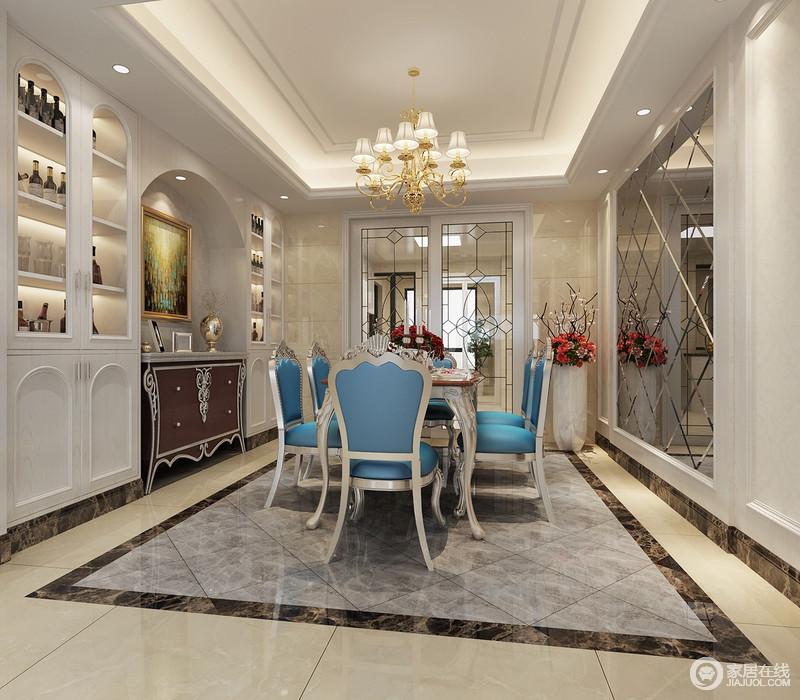 餐厅以镜面墙和拱形收纳柜张扬造型和材质、功能的迥异,让整个空间明朗之余,更显大气;浅灰色方砖因为蓝色欧式餐椅的陪衬多了色彩时尚,也让整个用餐氛围更惬意、温馨。
