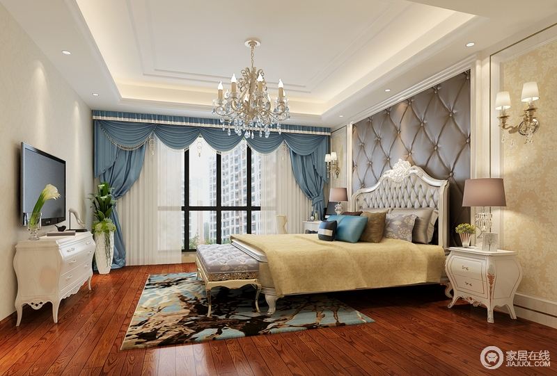 卧室规整,水晶灯缓解了吊顶的平淡,以黄铜和水晶闪耀着欧式华丽;背景墙深咖啡色皮包设计与欧式家具一气呵成,实用和美感性俱佳,驼色床品和花纹地毯增加了暖调的同时,与蓝色罗马帘搭配出一种复古优雅,衬托着黄铜的床尾凳,倍显尊贵。