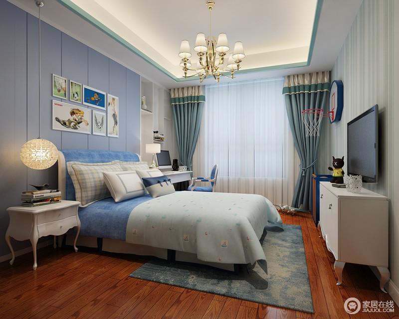 儿童房以浅蓝色板材为点缀,与整个空间的白色调形成色彩上的呼应,清爽而优雅;新古典造型的床头柜增加了空间的和谐感,而蓝色床品等软装巧妙构成色彩之趣,背景墙上的简画更是让家格外温馨。