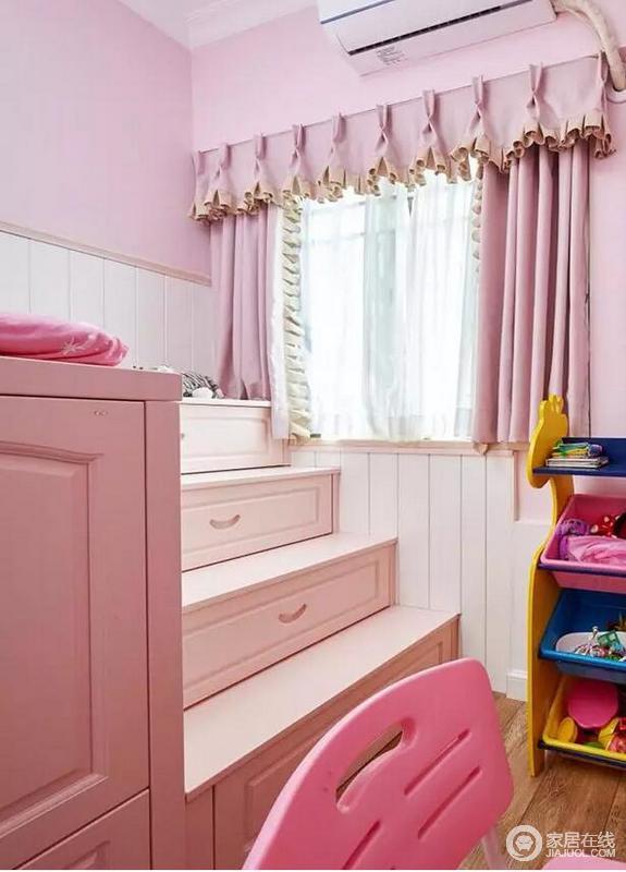 """儿童房收纳式的床具玩性十足,以盒子状的设计放大功能。可谓""""多样重生"""";浅粉色墙面与窗帘很特别,不仅可以收纳储物,也符合小孩爱动的天性,让其在甜美的空间度过童年。"""
