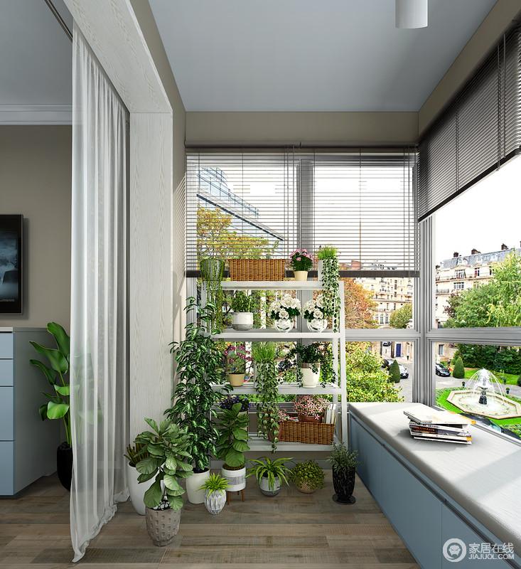 一张休闲椅一本书让这个绿色空间充满了安逸舒适的气息。 高低错落的花架很好的利用了阳台的空间进行绿植的摆放,不仅美观大方而且可以摆放更多的绿植。