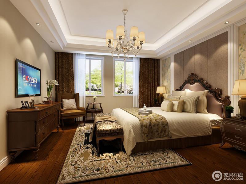 尽管空间的建筑线条格外硬朗笔直,但是从一盏欧式吊灯到木雕床便注入了柔和气息,并与美式古典实木边柜、扶手椅以造型成就实用智慧;设计师巧妙地将古典床头柜和美式实木家具结合起来,并运用中性色调的床品和花卉地毯,为主人打造一个稳重、温馨的休息环境。