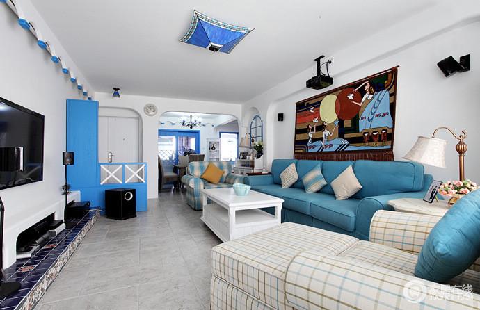 即使狭小的空间也没有拥挤的感觉,线条规整、功能分明,再加上白色漆粉刷墙面,给人一份纯净;设计师巧妙地以蓝色沙发与之呼应,蓝白之配,吹来了地中海之风;地中海风情的壁画与蓝色瓷片吊灯带你感受一种异域文化,享受地中海轻风。