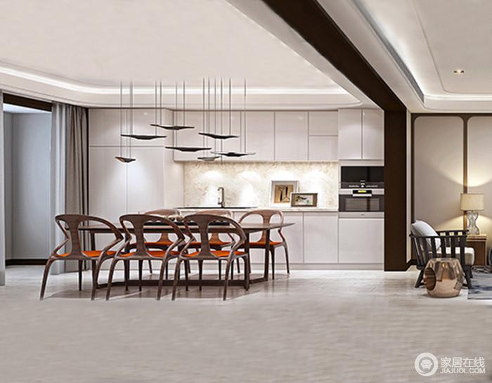 餐厅内的橱柜以白色为主,定制的设计与结构布局呼应,黑色船式黄铜吊灯点缀出空间灵动;实木家具曲线的造型让平整的空间多了跳动感,并以材质考究表达空间的简约美学。