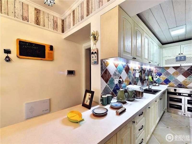 厨房以米白色的橱柜来搭配白色水磨石台面,浅色上的变化,给予空间一种干净;而彩色菱形砖的铺贴给予空间几何与色彩上的新颖,让烹饪时光也变得更为美好起来。