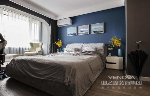马代尔夫蓝与深灰的搭配,让空间沉静,配饰上点缀亮丽的黄色,让整体空间多了许多活力。