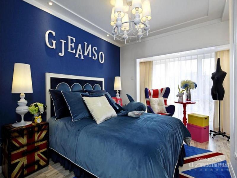 港式风格家居,家居风格的一种。香港的室内设计潮流多以现代为主,大多色彩冷静、线条简单。港式风格家居装修装饰装潢设计理念:港式风格多以金属色和线条感营造金碧辉煌的豪华感,简洁而不失时尚。