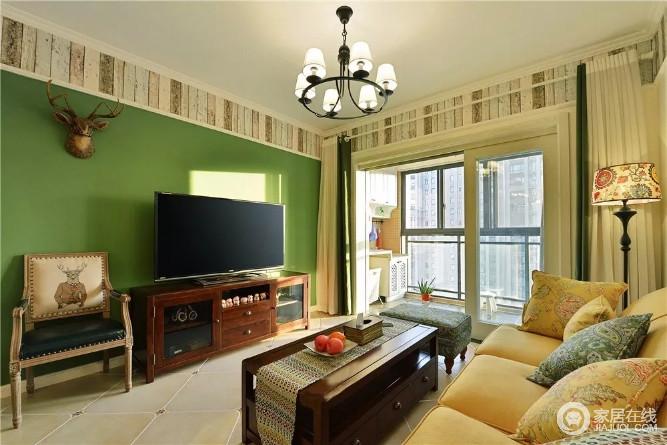 客厅吊顶处的方砖与绿色背景墙让空间更有层次,带来一种自然感;美式家具的稳重,无疑给空间带来温馨。