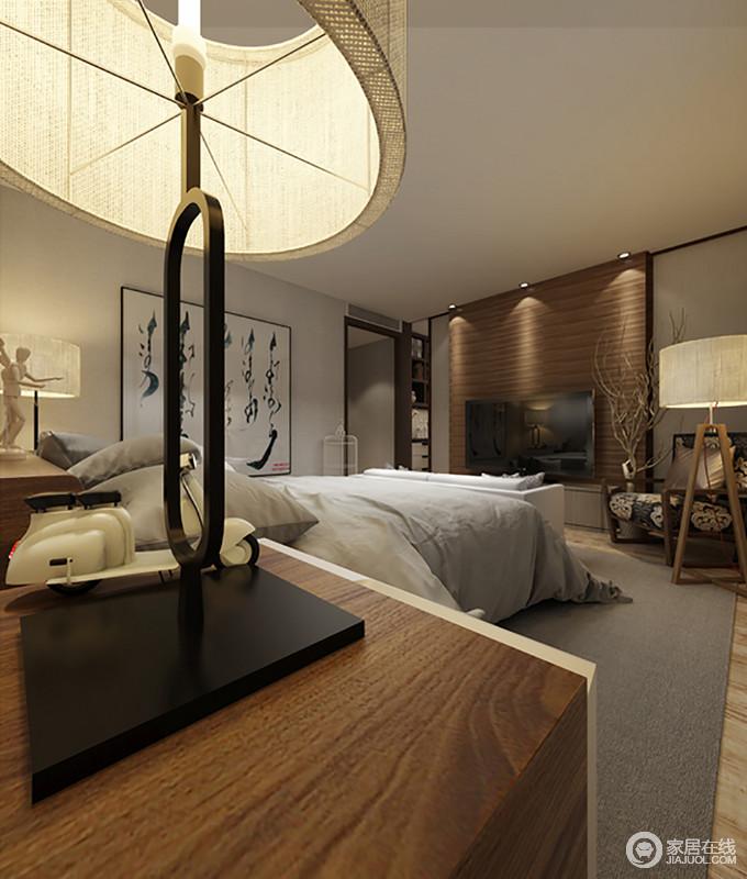 卧室以原木为主调,从背景墙的木质板材到木地板、实木家具等,一气呵成,形成现代朴质,也让家更为温和;中国书法作品无形中赋予了空间中式气息,搭配现代感的木质台灯,让生活更为舒适。