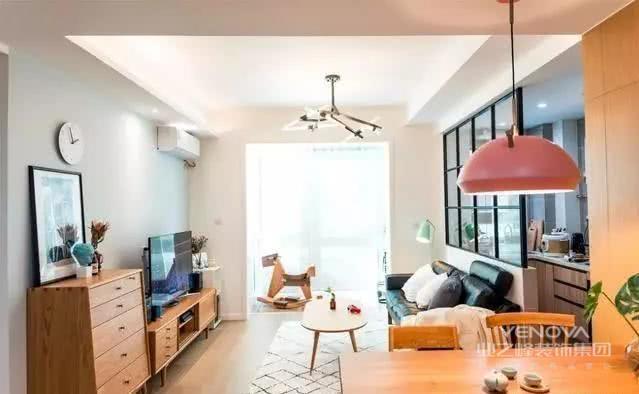 客厅,沙发背景墙改造成一个黑色框架玻璃隔断,增加房屋的通透性,还让视觉得到延伸,有让空间变大的错觉。
