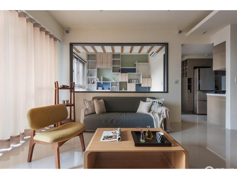 客厅并不是简单地将家具罗列起来,而是在墙体内嵌入了玻璃,让两个空间形成互动,不影响空间的采光;北欧沙发及家具轻巧而不失色彩,愈发舒适。