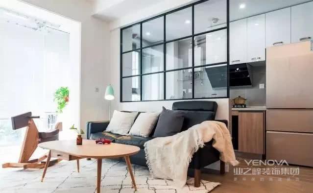 几何图案的地毯,原木电视柜、斗柜和茶几,都是北欧风格经典的家具,黑色皮质沙发,显得更慵懒。浅薄荷绿色系落地灯,增添一丝清新之感。客厅中摆放一个小木马,十分的童趣。