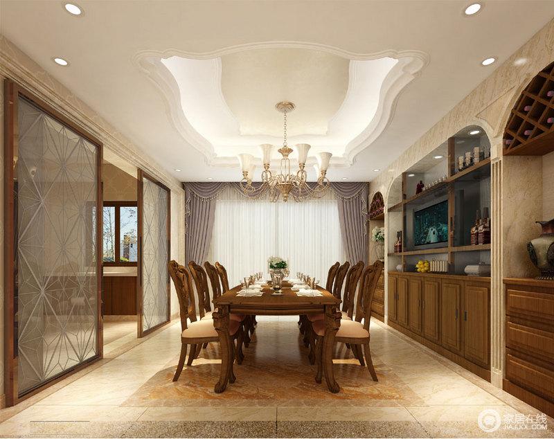 餐厅与客厅通过推拉玻璃花纹门分隔,空间上开阔且具有通透感;天花板与酒柜背景墙,采用的线条曲线制造出视感上的节奏和层次感;棕褐色木质酒柜与方正大方的餐桌椅一致,总体透着规整内敛的古典。